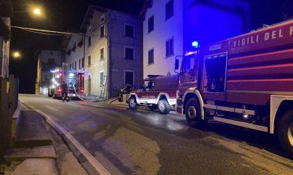 Incendio a Chiavenna, distrutta una tettoia a Bette