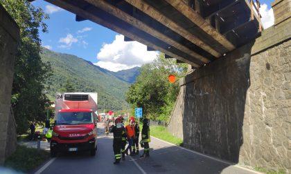 Muletto urta il ponte della ferrovia e cade dal camion, statale 38 e treni bloccati – FOTO