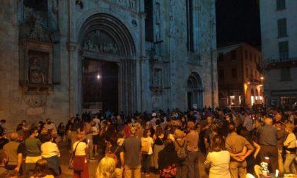 Omicidio di don Roberto, piazza Duomo gremita e le campane della città suonano per lui – FOTO