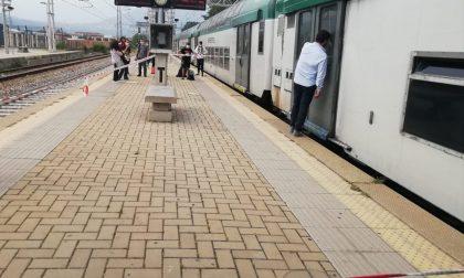Giovane dà in escandescenze e blocca il treno