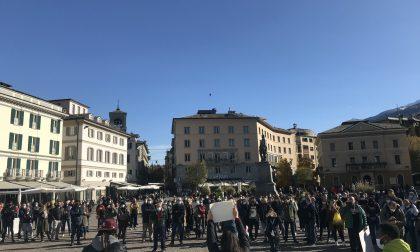 In piazza va in scena la protesta dei commercianti contro le restrizioni – FOTO