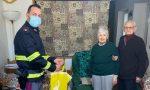 Anziani rimasti solo, l'agente di Polizia gli porta la spesa a casa