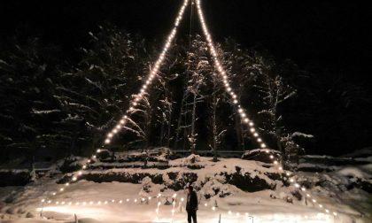 Un maestoso albero di Natale illuminato al piano della Reit
