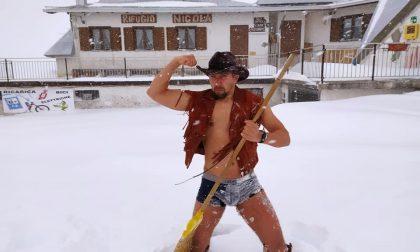 Piani di Artavaggio: un cowboy seminudo spala neve nella tormenta VIDEO