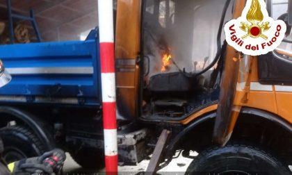 Autocarro in fiamme a Traona