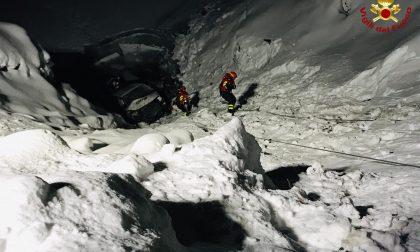 Furgone finisce nel lago ghiacciato, in sei vivi per miracolo