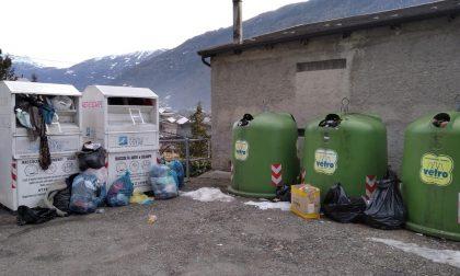 La piazzola dei rifiuti e della raccolta abiti è uno schifo