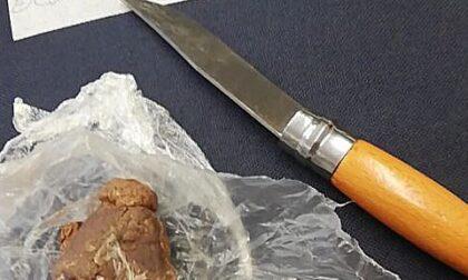 Fanno controlli anti Covid e sequestrano un coltello e la droga