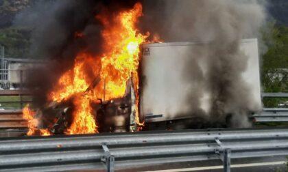 Paura a Piantedo, le foto del furgone in fiamme