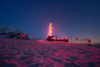 I luoghi simbolo della Valchiavenna illuminati di rosa, aspettando l'arrivo del Giro d'Italia