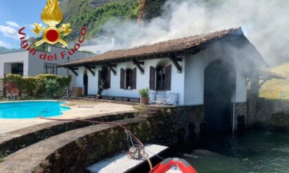 Una barca e una darsena in fiamme a Menaggio