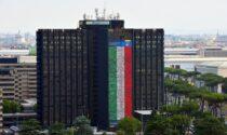 Forza Azzurri: le foto di due dipendenti di Poste Italiane della Valle sulla mega bandiera per la Nazionale