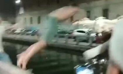 Pazza movida: a Milano si tuffano nei navigli per sfuggire al caldo ma rischiano molto
