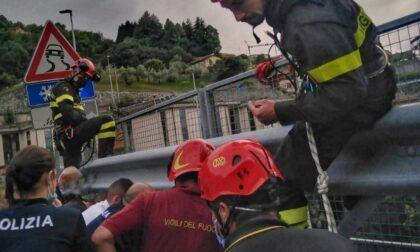 Dopo l'incidente stradale tenta di togliersi la vita gettandosi da un viadotto della Statale 36: salvato da Vigili del Fuoco e Polizia