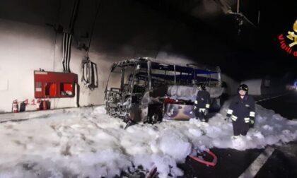 Pullman in fiamme in galleria: i lavori per la Statale 36 dureranno due settimane