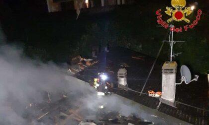 Incendio distrugge il tetto di tre villette a Livigno