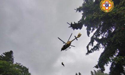 Cade con la bicicletta in una zona impervia, interviene l'elicottero