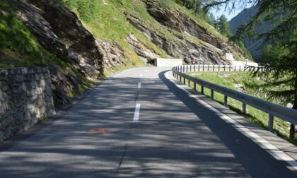 Causa un incidente con un ciclista e si allontana, identificato