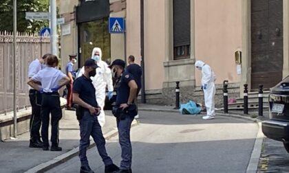 La lite, poi le coltellate: 34enne muore in strada sotto gli occhi di moglie e figlie
