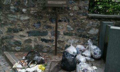 Paese sommerso da una montagna di rifiuti