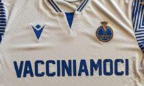 """La squadra che rinuncia allo sponsor: sulle maglie c'è l'appello """"Vacciniamoci!"""""""