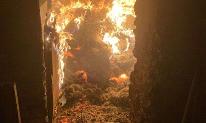 Incendio nella notte, bruciate tre auto e un fienile