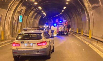 Scontro tra auto e moto in galleria, un morto sulla Statale 36